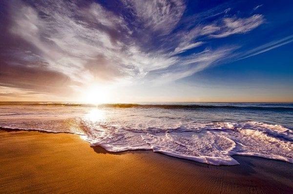orilla-de-la-playa-atardecer